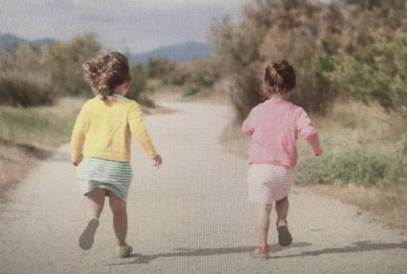 enfants courant de dos dans la nature