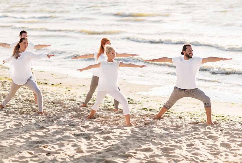 cours de yoga en groupe sur la plage
