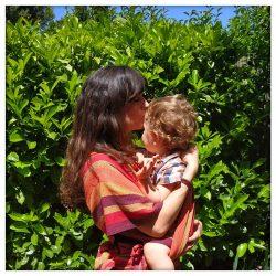 Enfant porté par sa mère en écharpe