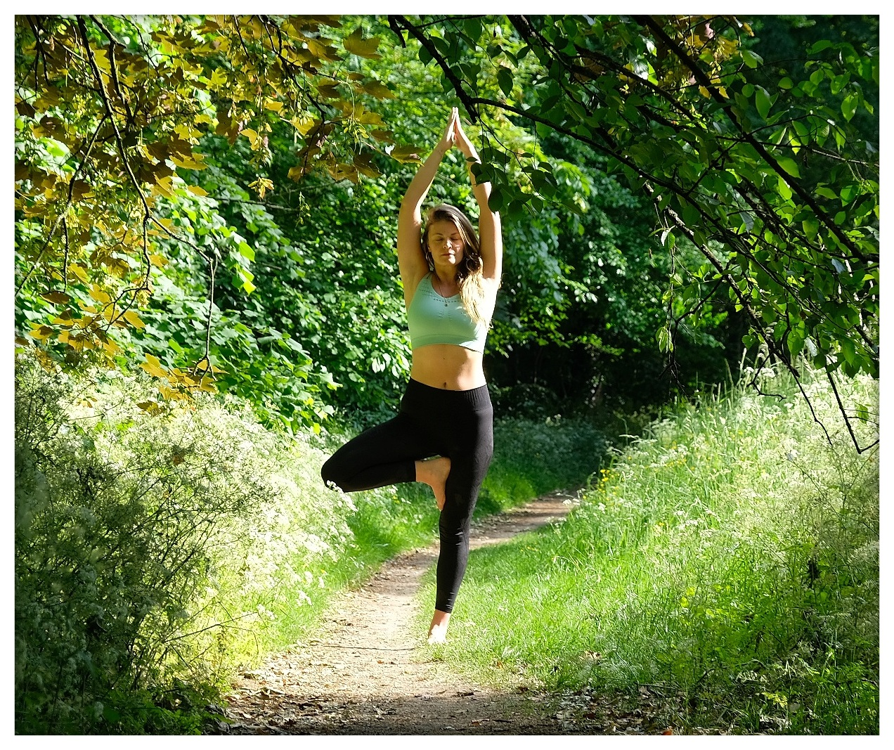 femme en posture de l'arbre yoga