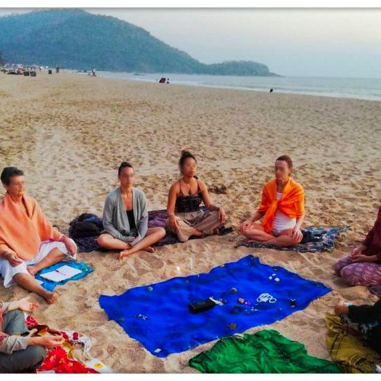 cercle de femmes sur une plage